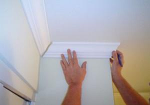 Как состыковать углы потолочного плинтуса