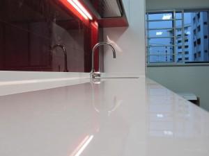 Как установить плинтус на столешницу на кухне