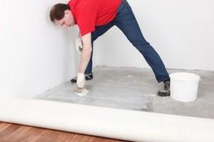 Чем приклеить линолеум к бетонному полу